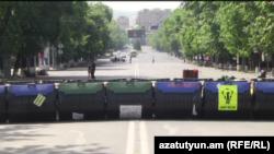 Барикади зі смітників на проспекті Баграмяна в Єревані, 3 липня 2015 року
