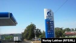 """Ресейлік """"Газпромнефть"""" компаниясына қарасты жанармай бекеті. Алматы, 20 тамыз 2014 жыл."""