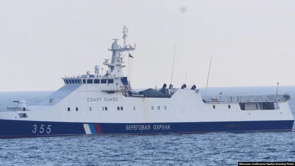 Военные рассказали, как вертолетом отогнали от берега корабль ФСБ России