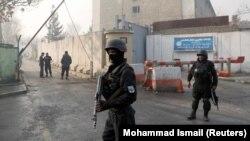 Сотрудники сил безопасности Афганистана недалеко от здания, на которое совершено нападение. Кабул, 25 декабря 2018 года.