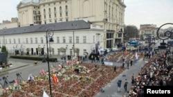 В Варшаве огромные очереди желающих проститься с президентской четой