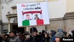 Братиславадагы демонстранцияда премьер-министр Роберт Фицону италиялык мафия менен байланыштырган плакатты да көтөрүп жүрүштү.