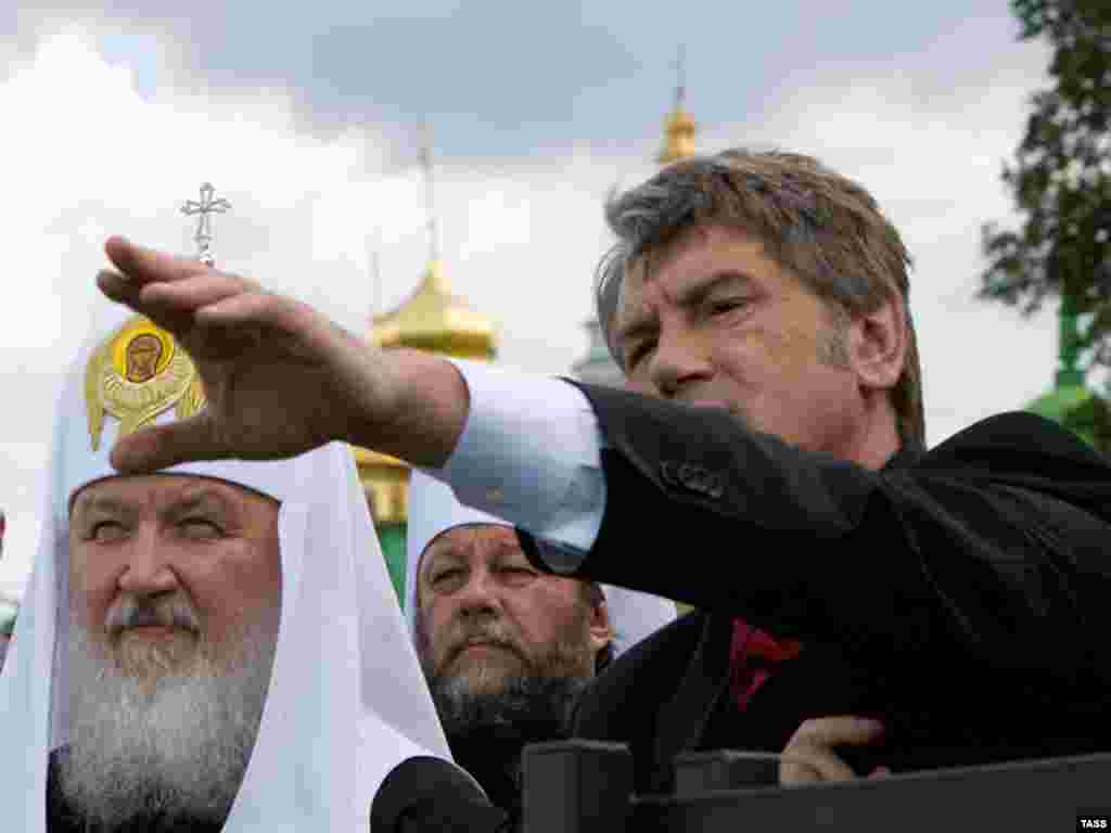 Ukraine -- President Viktor Yushchenko (C) and Russian Orthodox Patriarch Kirill in Kyiv, 27Jul2009