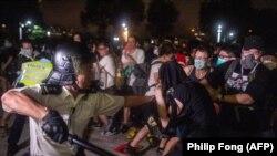 По време на протестите имаше и сблъсъци между полицията и протестиращите