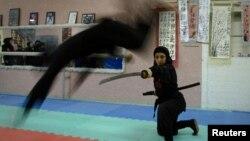 Женщина, увлекающаяся ниндзюцу (вид восточных единоборств) в зале для тренировок в Карадже - городе, расположенном недалеко от Тегерана. 13 февраля 2012 года.