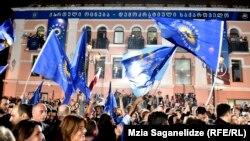 Сторонники «Грузинской мечты» празднуют победу на парламентских выборах, 8 октября 2016 г.