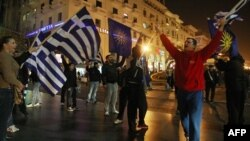 Грчки националисти протестираат во Солун на 5 декември 2011 година, откако Меѓународниот суд на правдата пресуди дека Грција ја прекршила Времената спогодба со ветото во Букурешт во 2008 година.