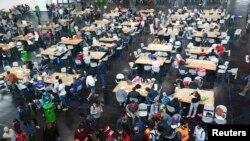 Мигранты едят в помещении. Мюнхен, 7 сентября 2015 года.