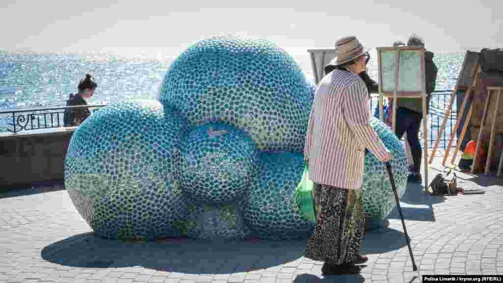 Скульптуру «Облако счастья» установили в Коктебеле в 2012 году