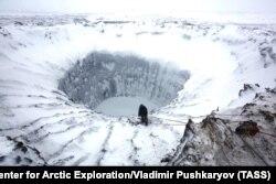 Воронка на месте газового пузыря, обнаруженная на Ямале в 2014 году