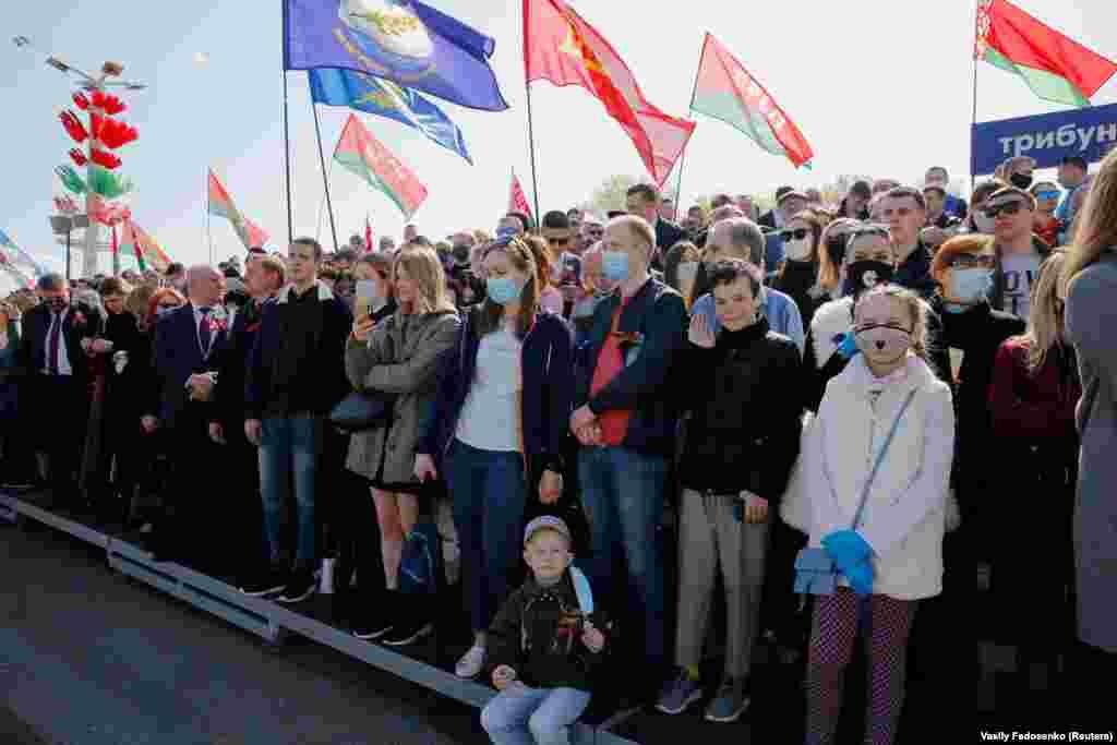Плакатов с просьбой соблюдать дистанцию и носить маски на параде не было: люди на трибунах и рядом с ними стояли очень плотно