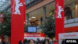 Берлиндин көчөлөрү фестивалдын эмблемасы менен кооздолду. 17-февраль, 2010-ж.