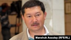 Суретші-карикатурист Ғалым Смағұлұлы марапаттау рәсімінде. Алматы, 3 сәуір 2012 жыл.