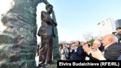 Памятник Чингизу Айтматову в Стамбуле.