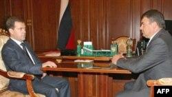 دمیتری مدودف، رییس جمهوری روسیه (سمت چپ) در حال مذاکره با آناتولی سردیکوف، وزیر دفاع.(عکس: AFP)