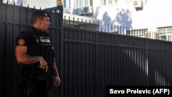 Полицейский перед зданием суда в Черногории