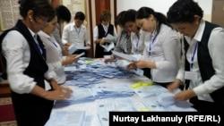 Подсчет голосов избирателей на участке № 151 в Алматинской области, 9 июня 2019 года.