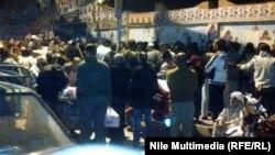 Njerëzit presin për të votuar në referendum në qytetin Giza afër kryeqytetit Kajro