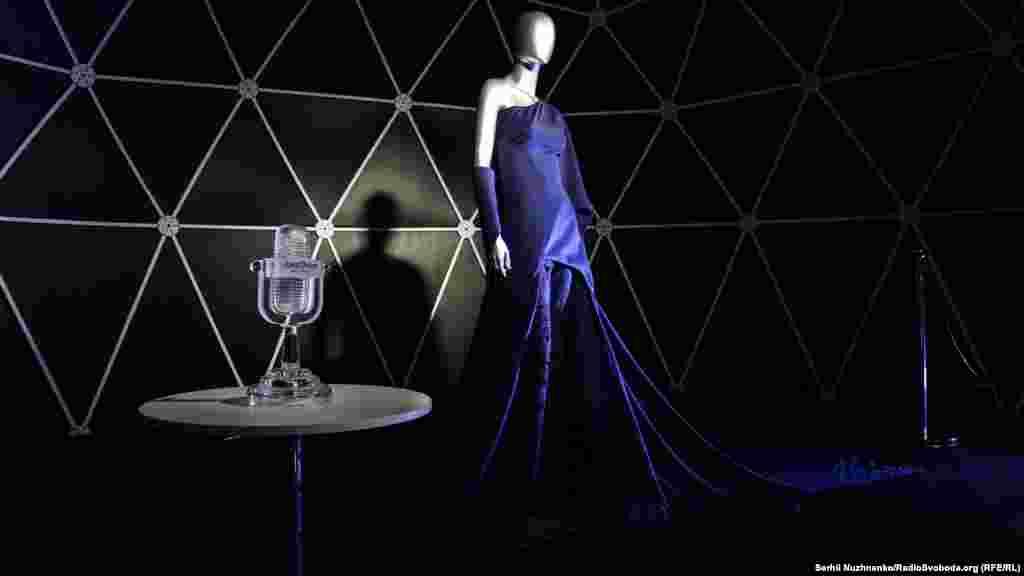 В городке Eurovision Village выставлены платье и хрустальный микрофон Джамалы, победительницы «Евровидения-2016»