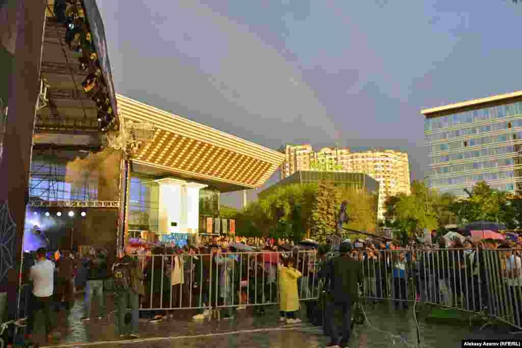 После дождя небо на некоторое время украсилось радугой. Алматы, 25 мая 2019 года.