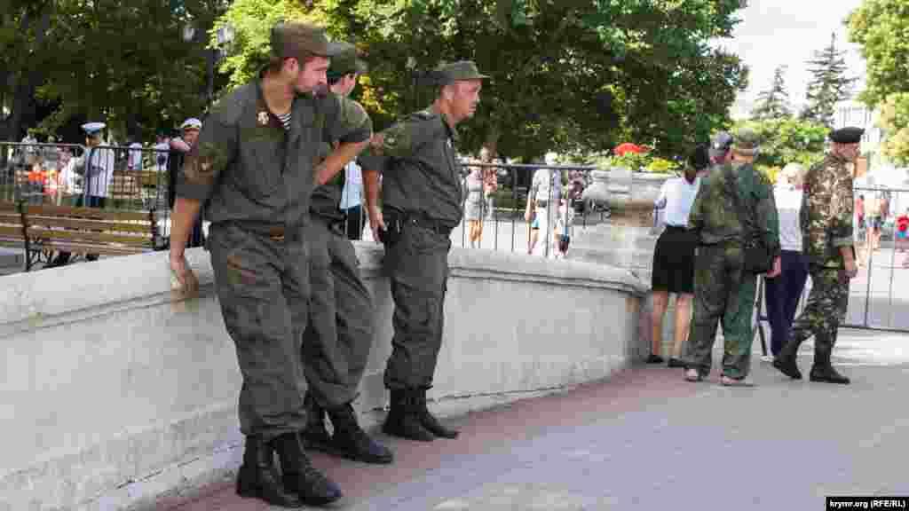 На території проведення репетиції багато казаків і представників севастопольської «самооборони»