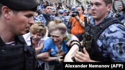 Поліція затримує людей під час акції опозиції в Москві 27 липня 2019 року