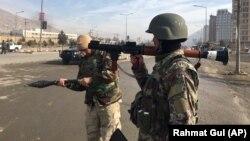 Forțe de securitate afgane la locul atentatului