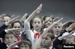 Кажется, что власть в России сегодня больше озабочена политическим воспитанием детей, чем их знаниями. Одна из школ Ставрополя, ноябрь 2015 года
