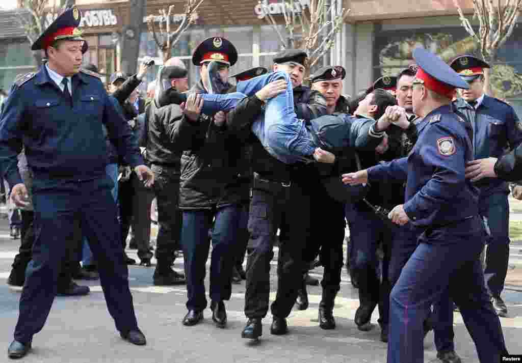 В Алматы людей задерживали в районе пересечения улиц Гоголя и Панфилова.
