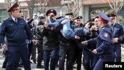 Астана мен Алматыда ондаған адамды полиция ұстады