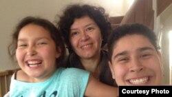 Аниса Абдуллаева, жена казахского политэмигранта Бахытжана Кетебаева, с дочерью Найлой (слева) и сыном Камалом (справа). Лондон,1 мая 2015 года.