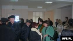 Құрылыс компаниясының алданған үлескерлері сот шешімін күтіп тұр. Алматы, 27 ақпан, 2009 жыл.
