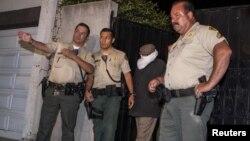 Policija privodi Nakulu Basli Nakulu na ispitivanje, 15. septembar 2012.