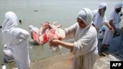 صابئة مندائيون يمارسون شعائرهم في العيد الكبير ببغداد