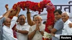 Дар акс: Нарендра Моди, нахуствазири Ҳиндустон (нафари севум аз тарафи рост)