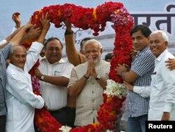 Нарендра Моди вместе со своим окружением после объявления результатов выборов. Гуджарат, 16 июня