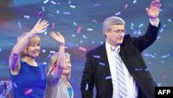 Архивска фотографија: Лидерот на канадската конзервативна партија Стивен Харпер и неговата ќерка Рејчел ја слават изборната победа на конзервативците на 2 мај 2011 година.