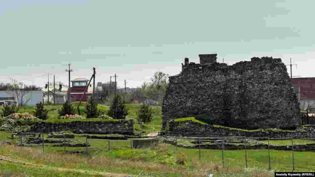 За останні роки біля охоронної вежі фортеці відновили стіни мегарона – грецького будинку прямокутної форми