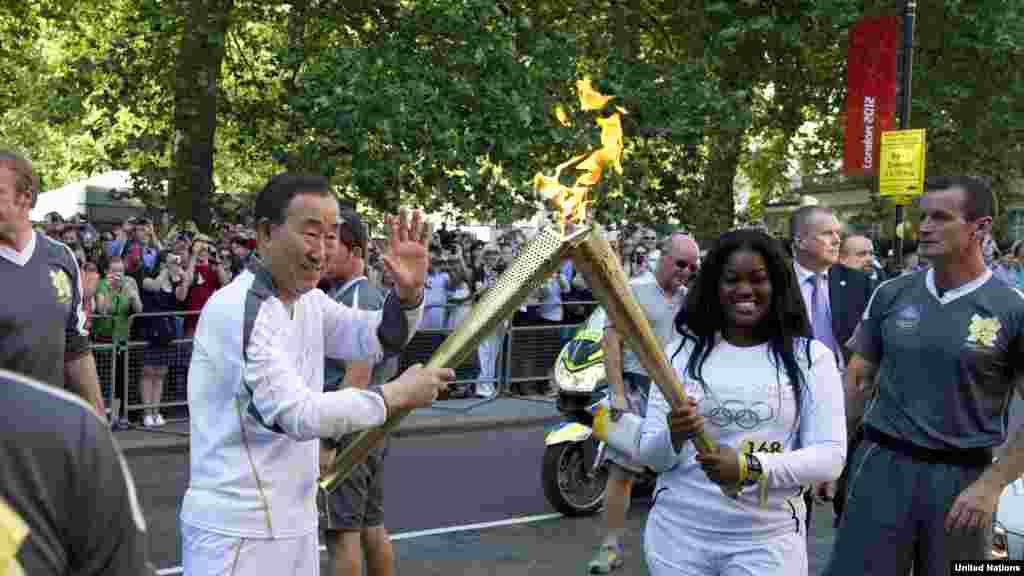 Generalni sekretar UN-a, Ban Ki-moon učestvovao u nošenju plamena, London, 26. juli 2012.