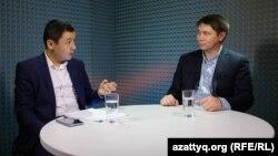 Шығыстанушы Бауыржан Рақымбай (оң жақта) журналист Қасым Аманжолға сұхбат беріп отыр.