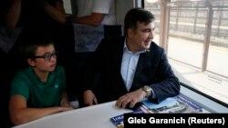 Опасаясь провокаций, Саакашвили принял решение ехать поездом «Интерсити» по маршруту «Перемышль-Киев», но поезд остановили на территории Польши