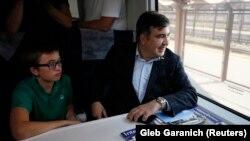 Міхеїл Саакашвілі з сином Ніколозом у вагоні потяга у Перемишлі, 10 вересня 2017 року