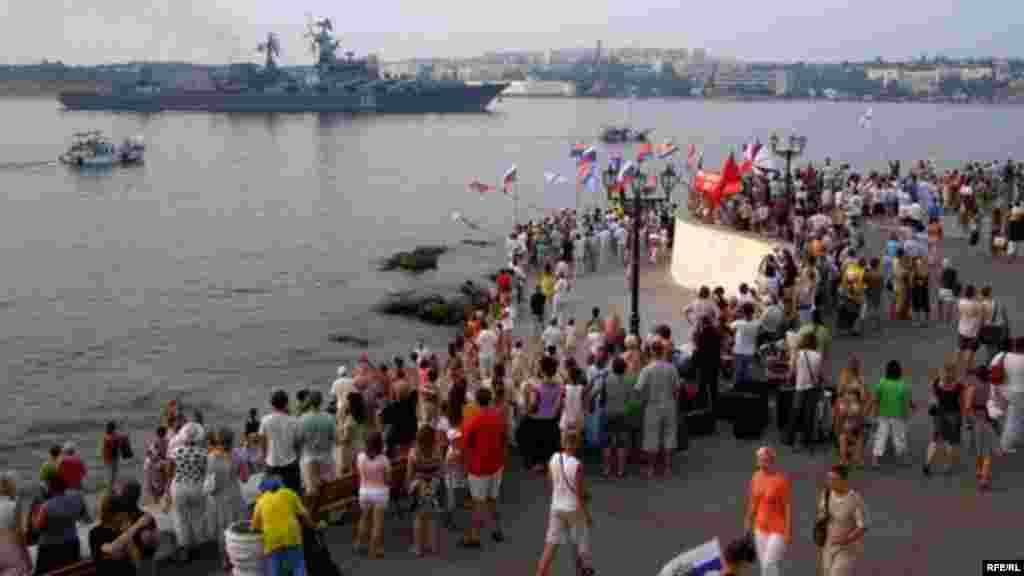 2008 рік. Напередодні святкування 17-ї річниці незалежності України, до Севастополя зайшли російські кораблі, що брали участь у блокуванні грузинського узбережжя (під час російської війни проти Грузії – КР). Їх зустрічали проросійські активісти