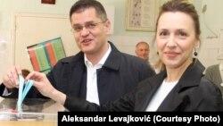 Кандидат в президенты Сербии, бывший министр иностранных дел Вук Еремич (слева) во время голосования на президентских выборах. 2 апреля 2017 года.
