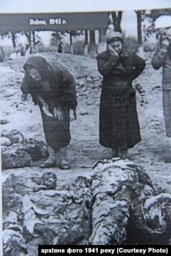 Жінки шукають рідних, страчених у Дубні в 1941 році