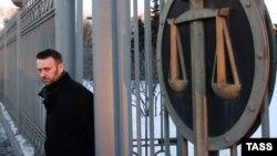 """Алексей Навальный у здания Мосгорсуда после рассмотрения жалобы на приговор по делу """"Ив Роше"""""""