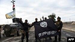نیروهای عراق در نزدیکی موصل پرچم گروه حکومت اسلامی را در دست دارند.