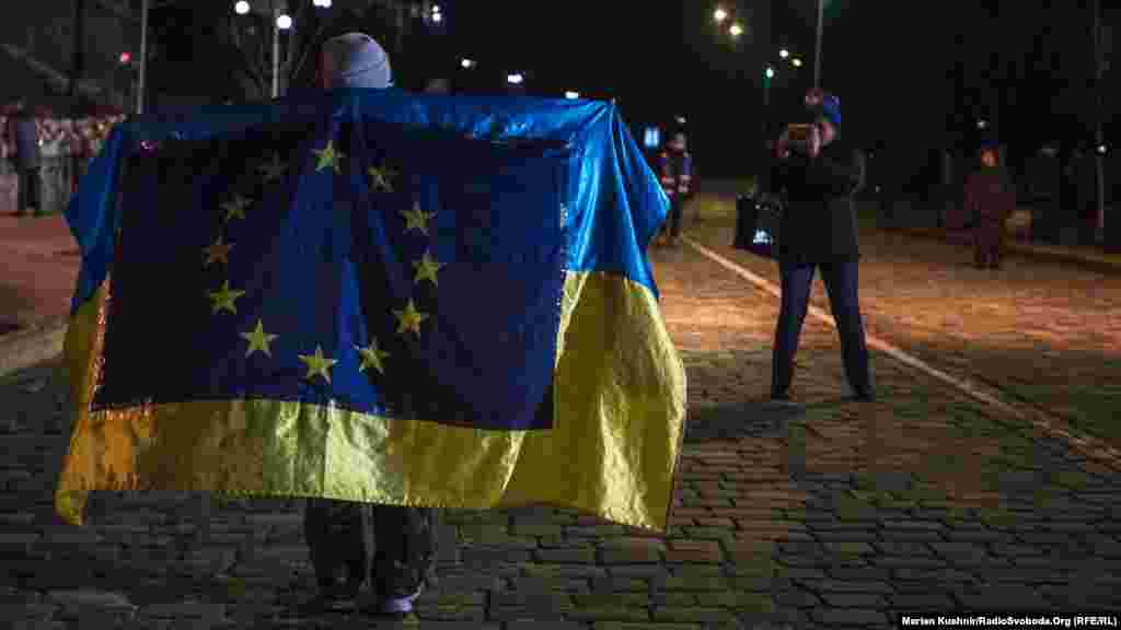 Этот человек вышел на улицу Институтскую с флагами Украины и Евросоюза, как и два года назад.