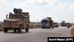 Турецькі військові машини їдуть уздовж села Азано в провінції Ідліб у Сирії, 2 березня 2020 року