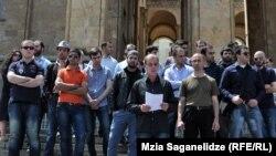 აქციის მონაწილეები აპროტესტებენ 17 მაისს, ჰომოფობიის წინააღმდეგ ბრძოლის საერთაშორისო დღესთან დაკავშირებით დაგეგმილ აქციას.
